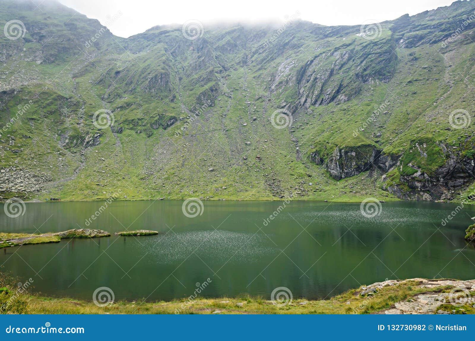 El lago del glaciar llamó la laca de Balea Balea en el Transfagarasan