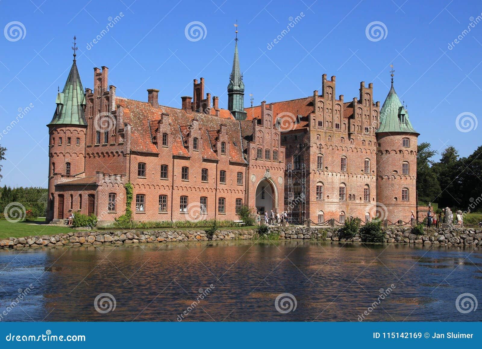 El lago y el castillo Egeskov en Danmark en el verano