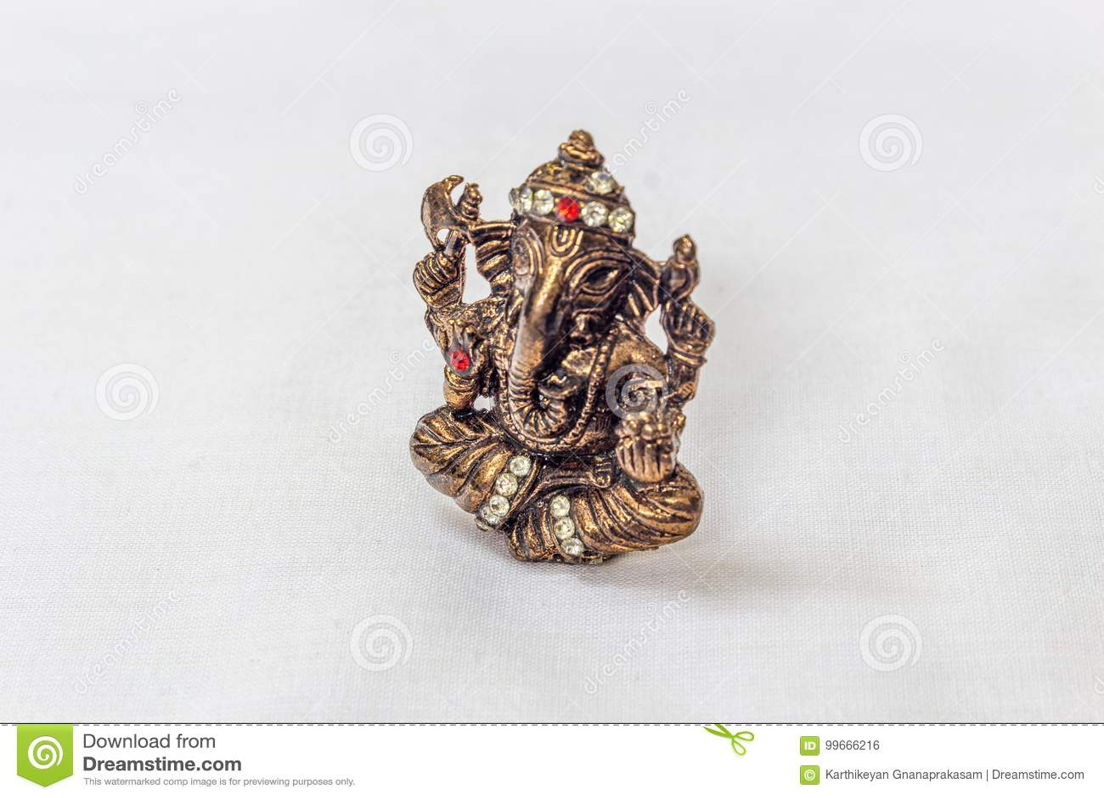 El latón talló el ídolo del ganesha del señor en color metálico con las tallas de piedra artificiales en un contexto blanco