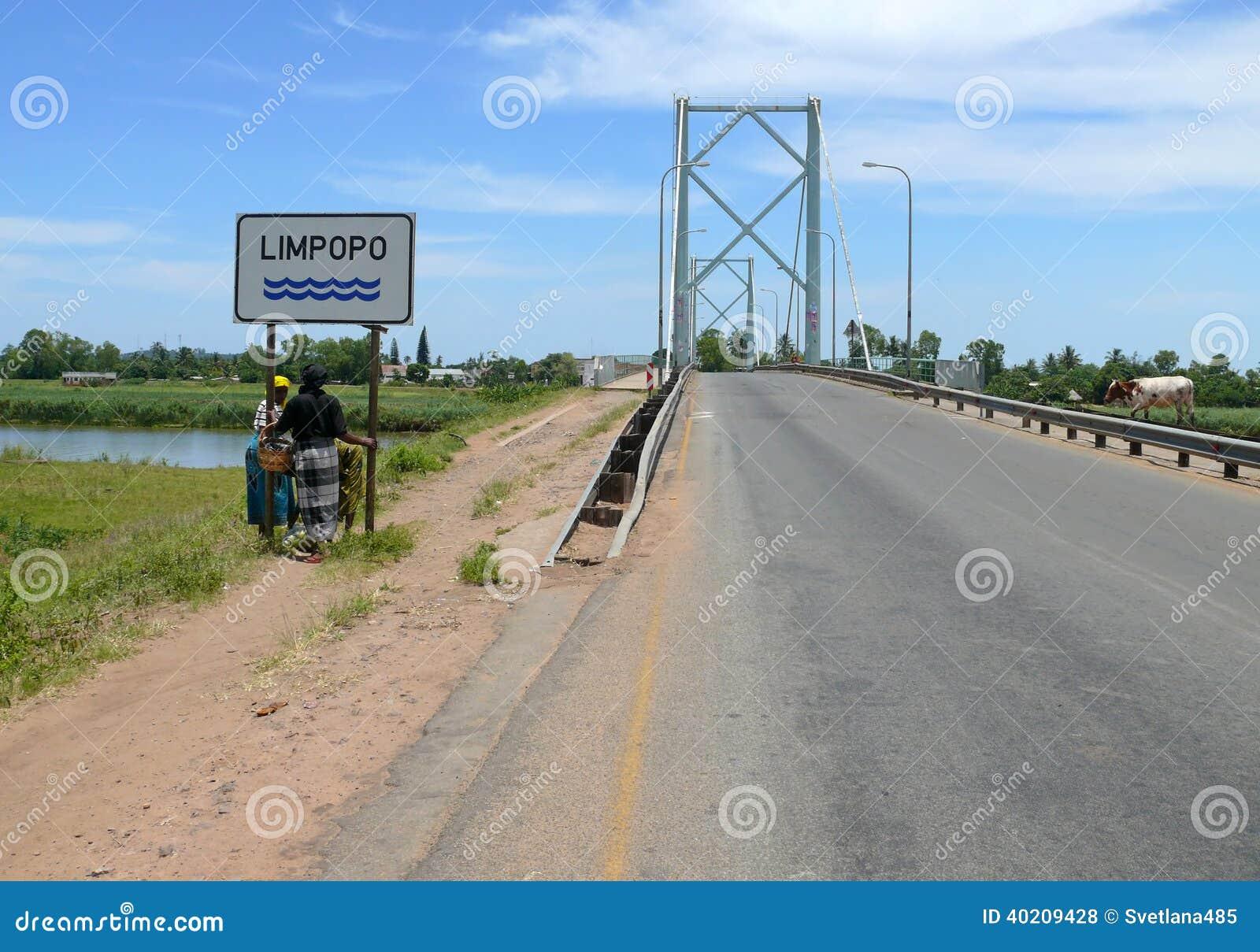 El Limpopo, Mozambique - 11 de diciembre de 2008: Soporte desconocido de dos mujeres