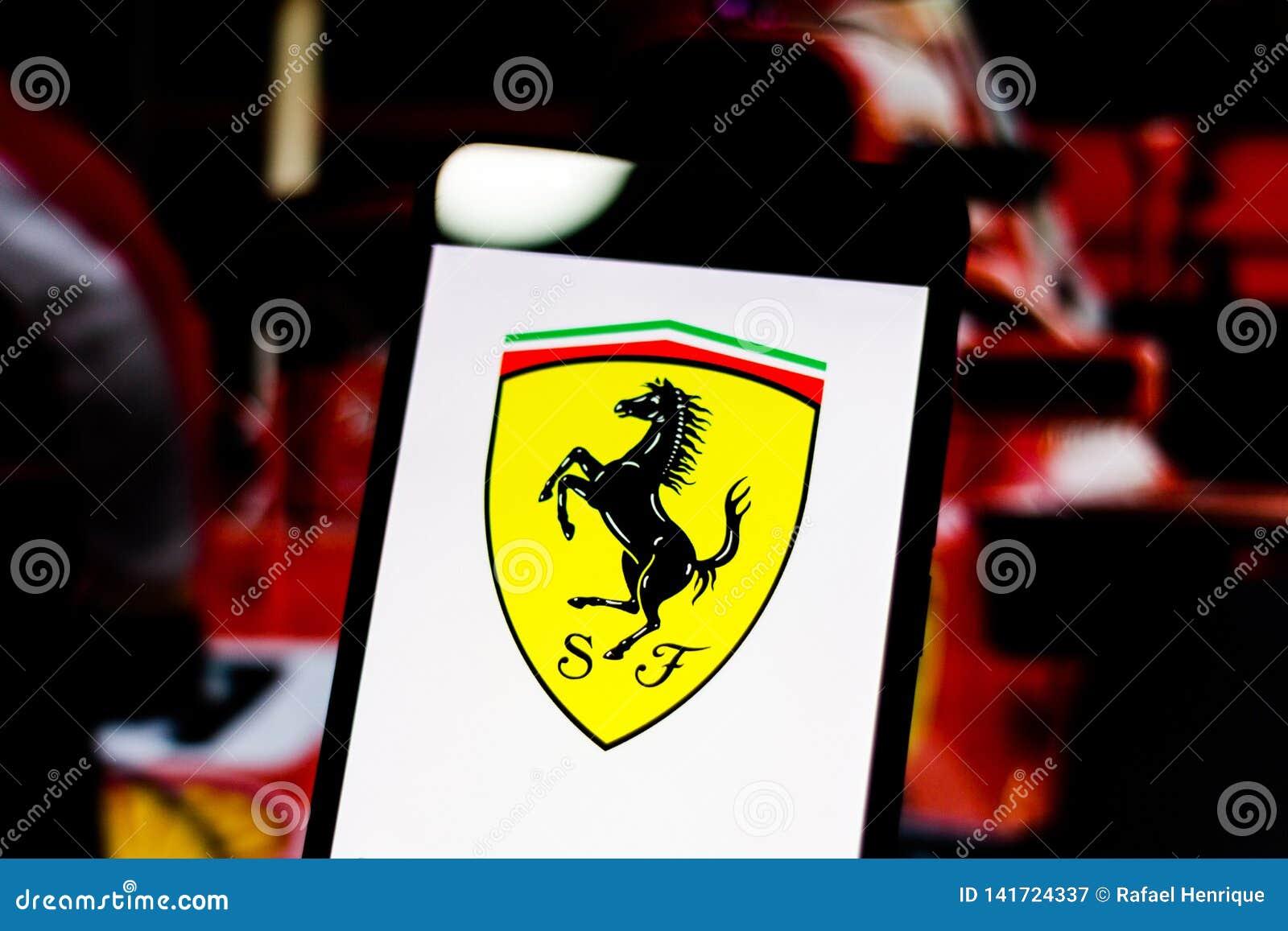 El logotipo de la fórmula 1  misión de Scuderia Ferrari avienta 'al equipo en la pantalla del dispositivo móvil