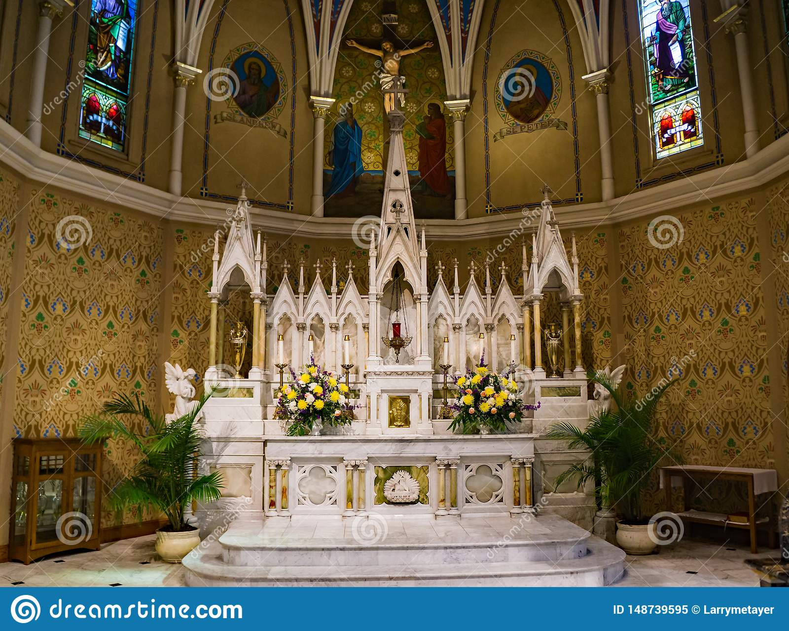 El mármol hermoso altera en la iglesia católica de St Andrew