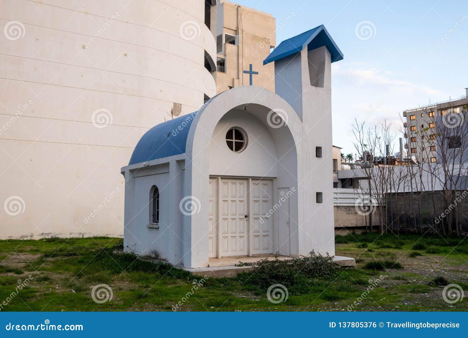 El más minúsculo de iglesias, obstruido de la visión