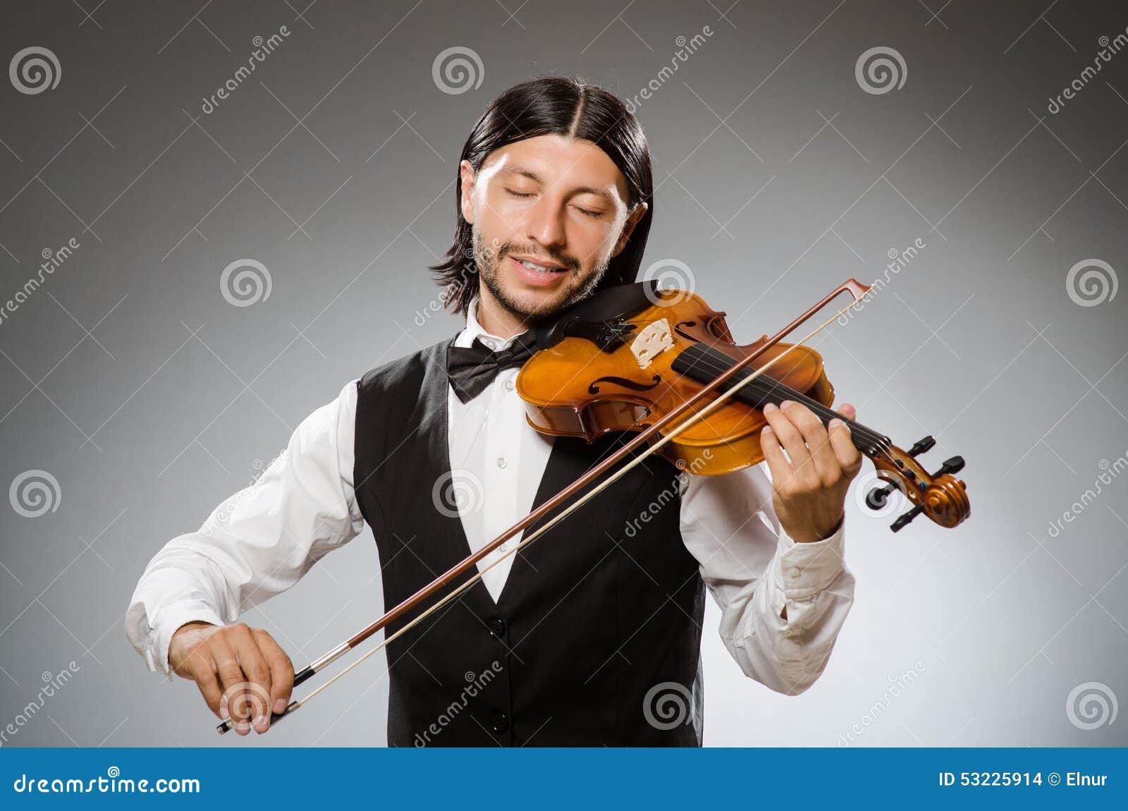 El músico toca el violoncelo en blanco
