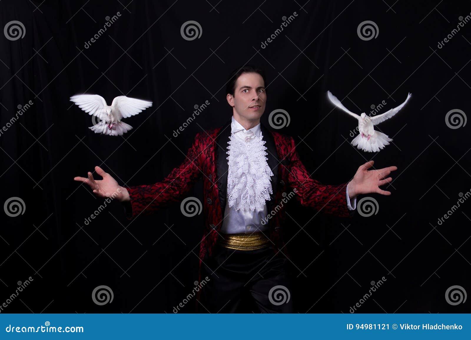 El mago con dos palomas blancas que vuelan