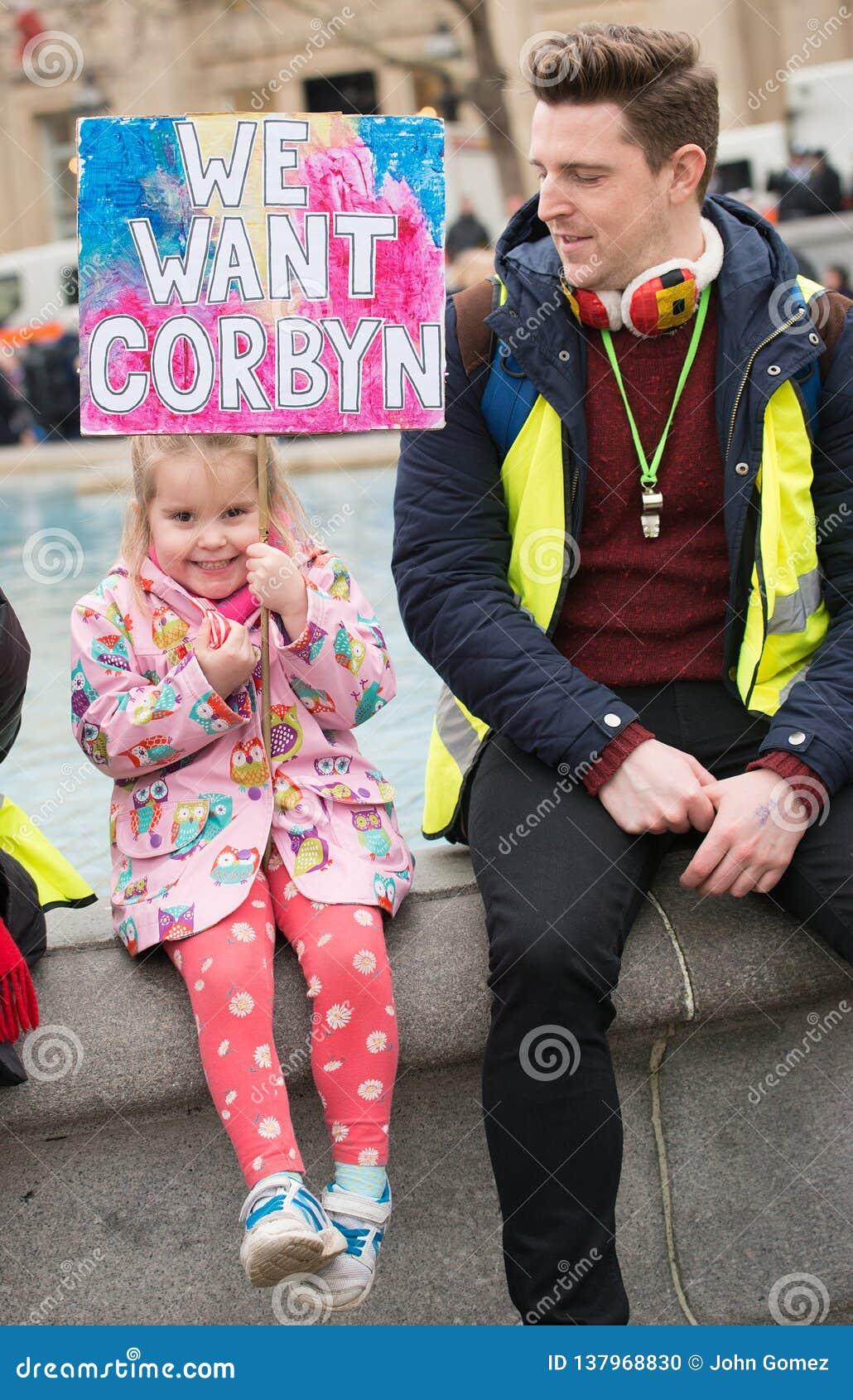 El manifestante con el cartel en la Gran Bretaña ahora está roto/de la elección general demonstratio en Londres