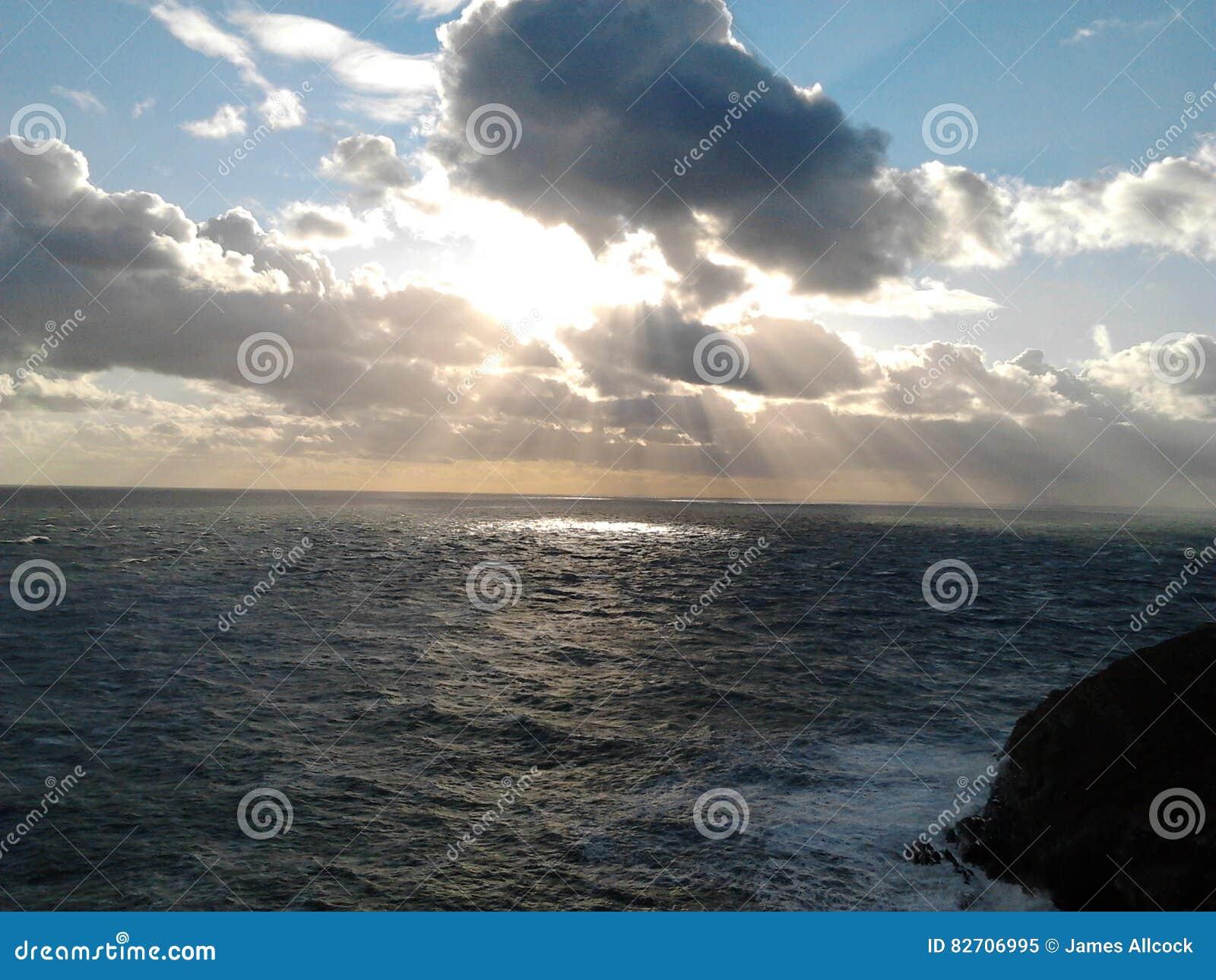 El mar y la puesta del sol cerca del faro del sur de la pila, Anglesey País de Gales octubre de 2012