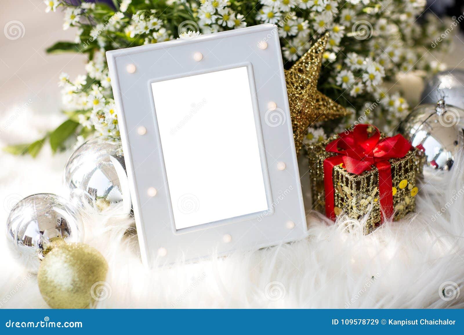 El marco gris de lujo en blanco de la foto con el tema casero de la Navidad de la decoración para añade el texto