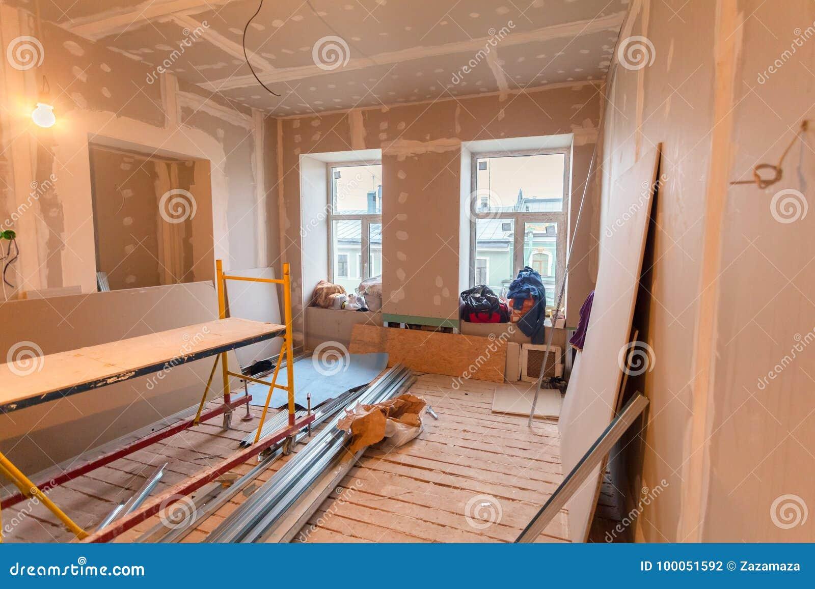 El material para las reparaciones en un apartamento está bajo la construcción, el remodelado, la reconstrucción y renovación