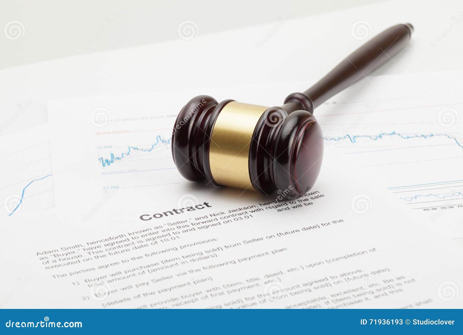 El mazo del juez de madera que es puesto sobre el contrato - tiro ascendente cercano del estudio