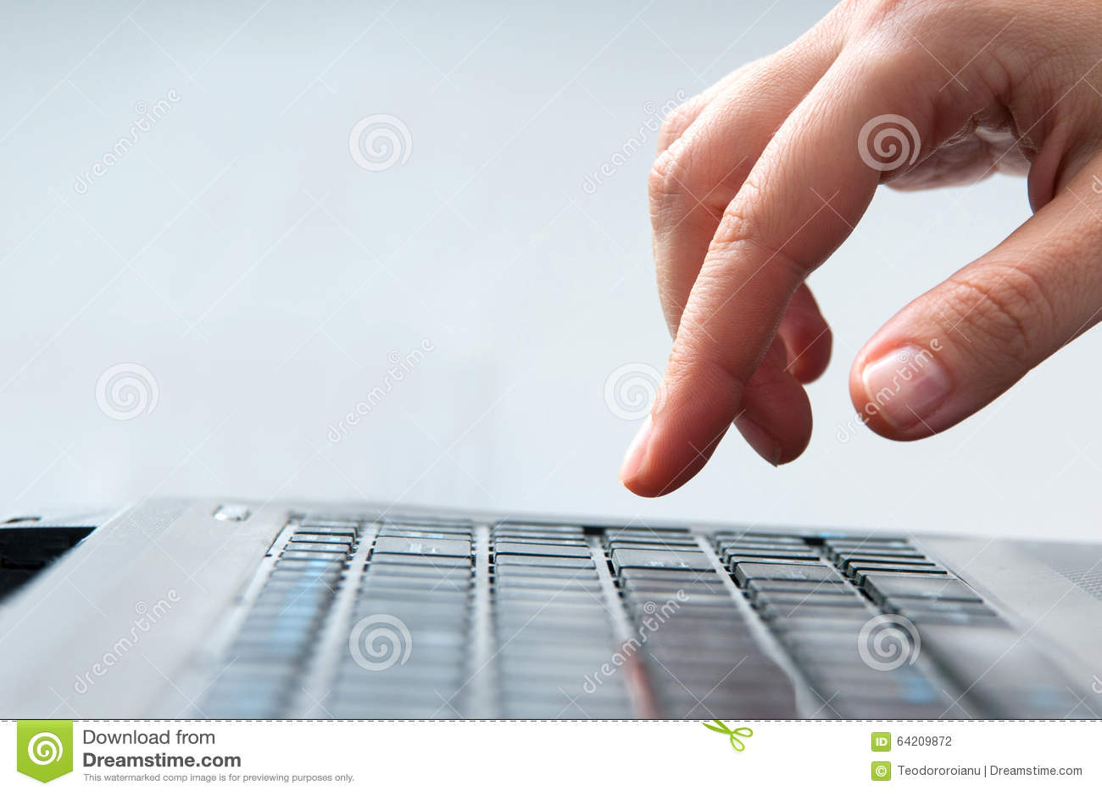 El mecanografiar del ordenador portátil
