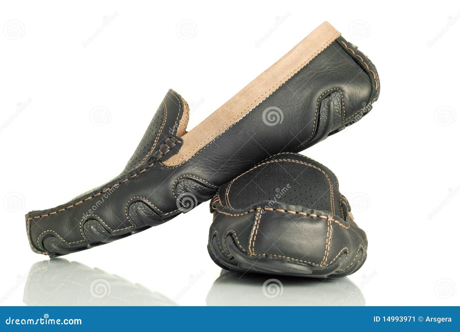 El mens negro moderno calza los mocasines