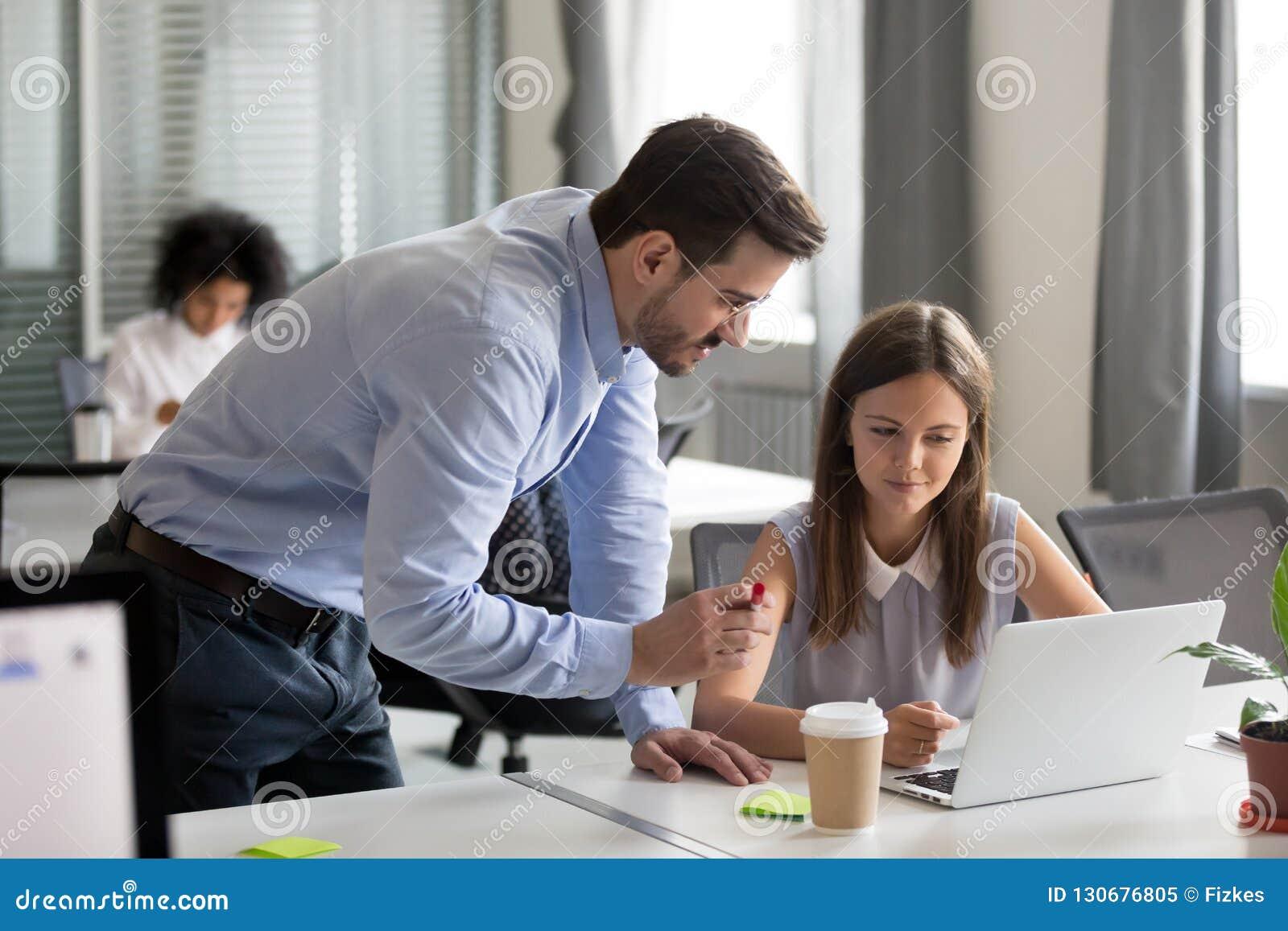El mentor envejecido medio que explicaba el trabajo en línea a los jóvenes enfocó inter