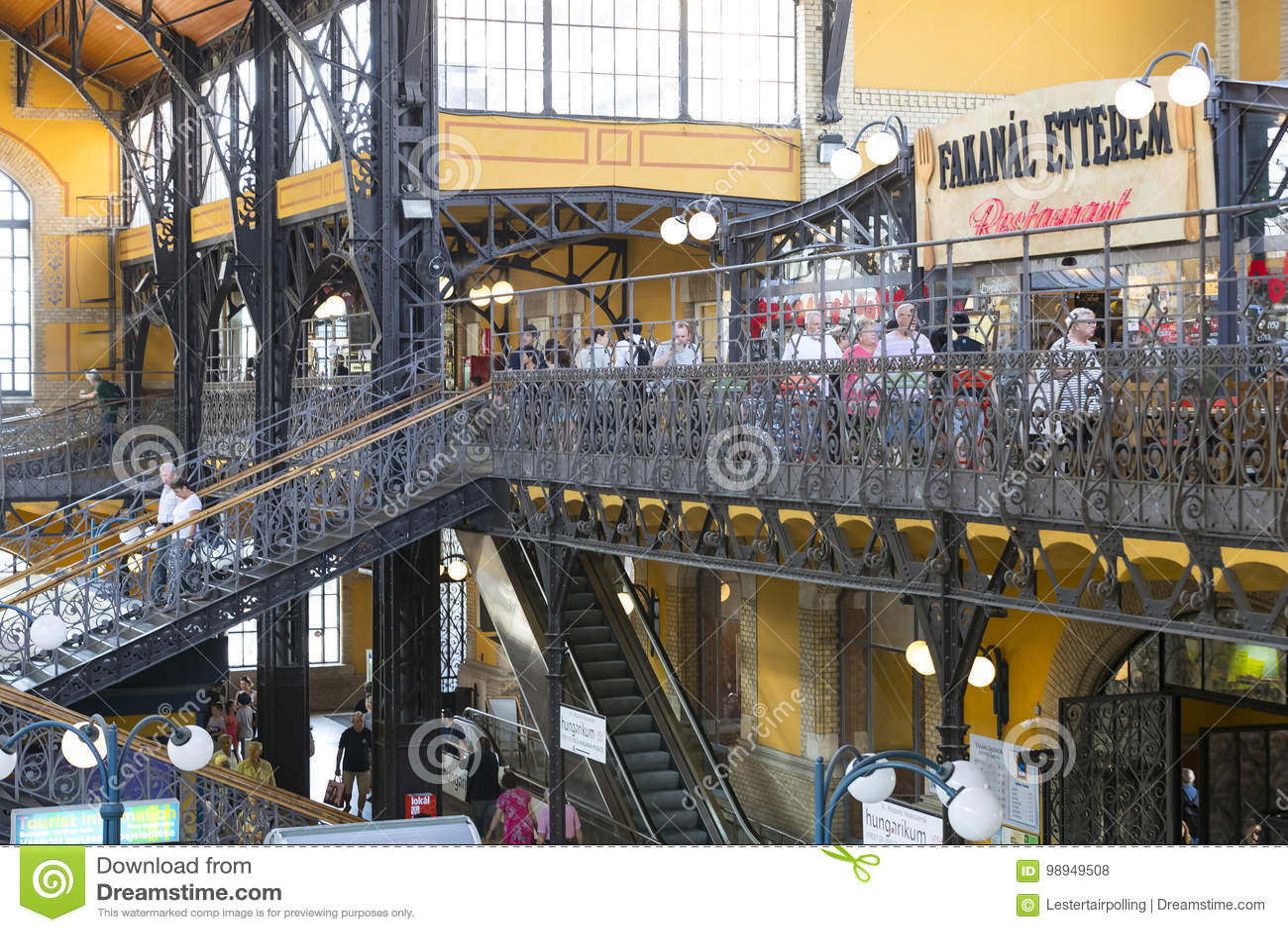 El mercado central grande de Budapest, un lugar de visitar de los turistas para las compras de salchichas de una paprika de recue