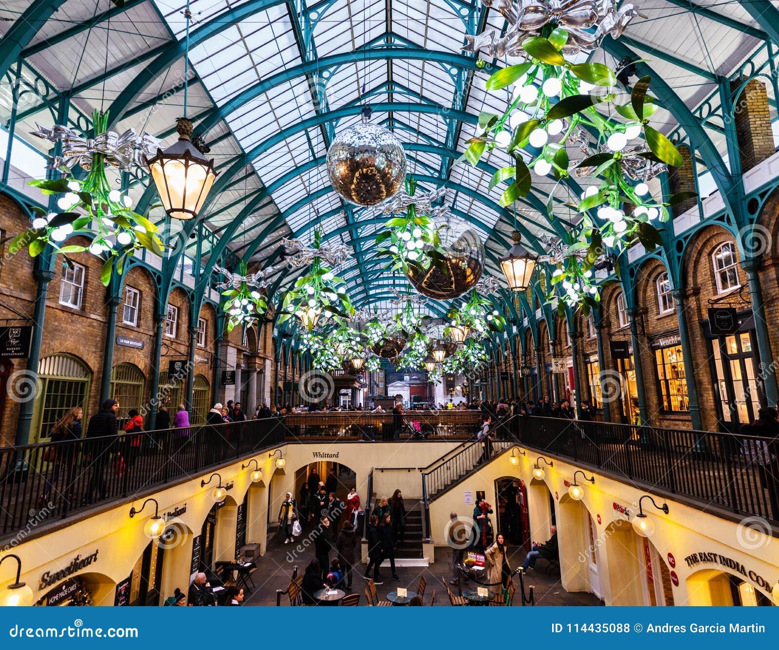 El mercado del jardín de Covent en Londres adornó para la Navidad