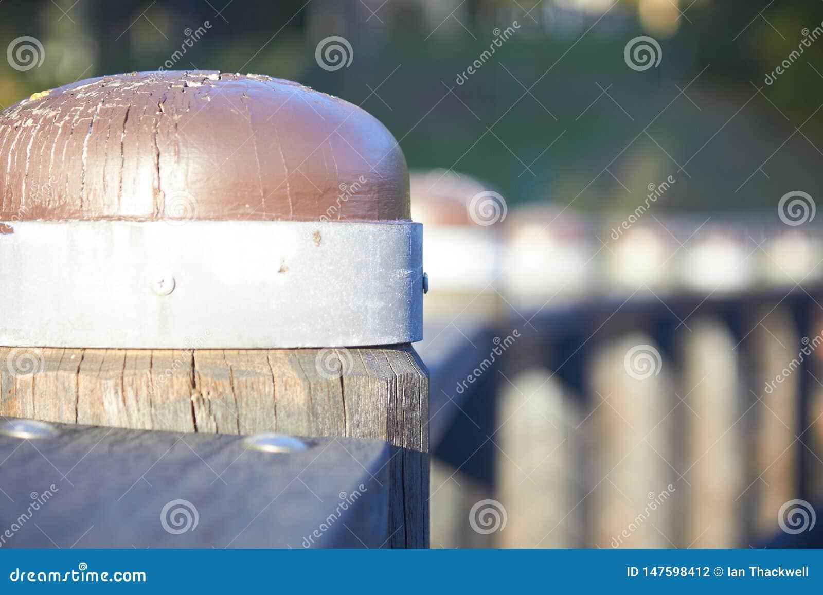 El metal limitó los pilones de madera en fila