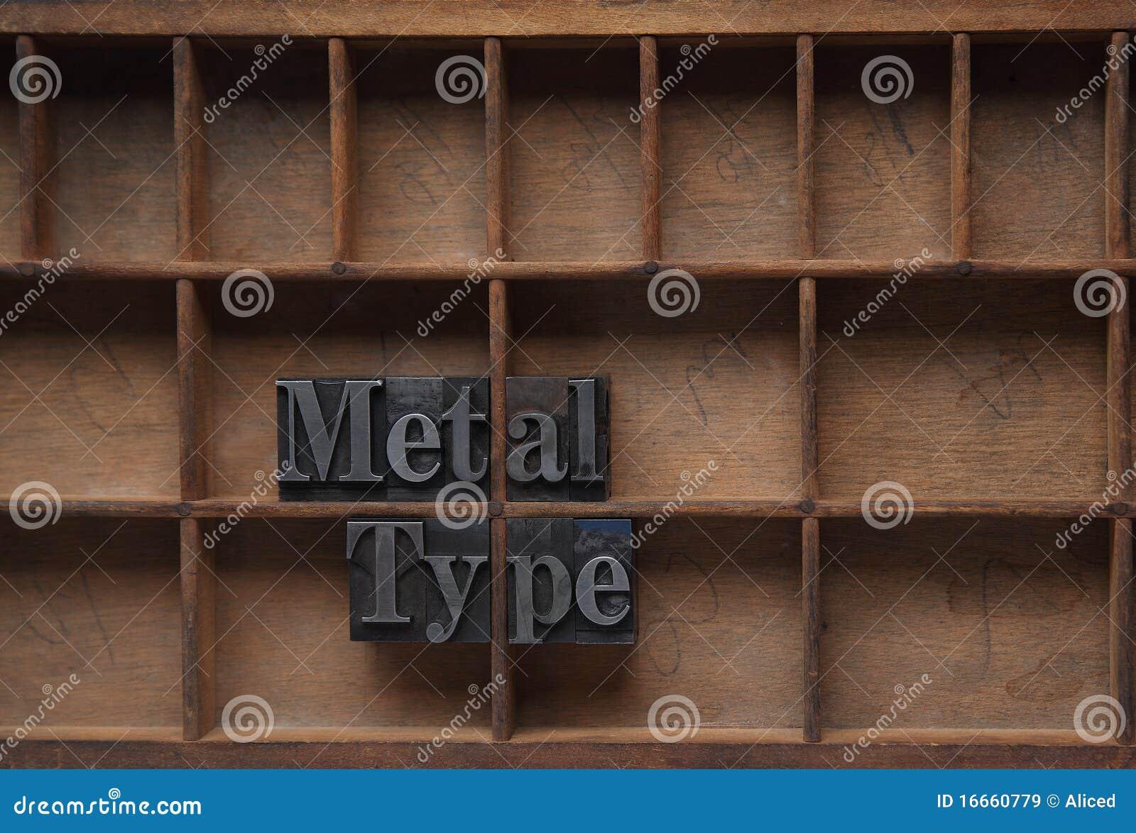 El metal pulsa adentro una caja de madera