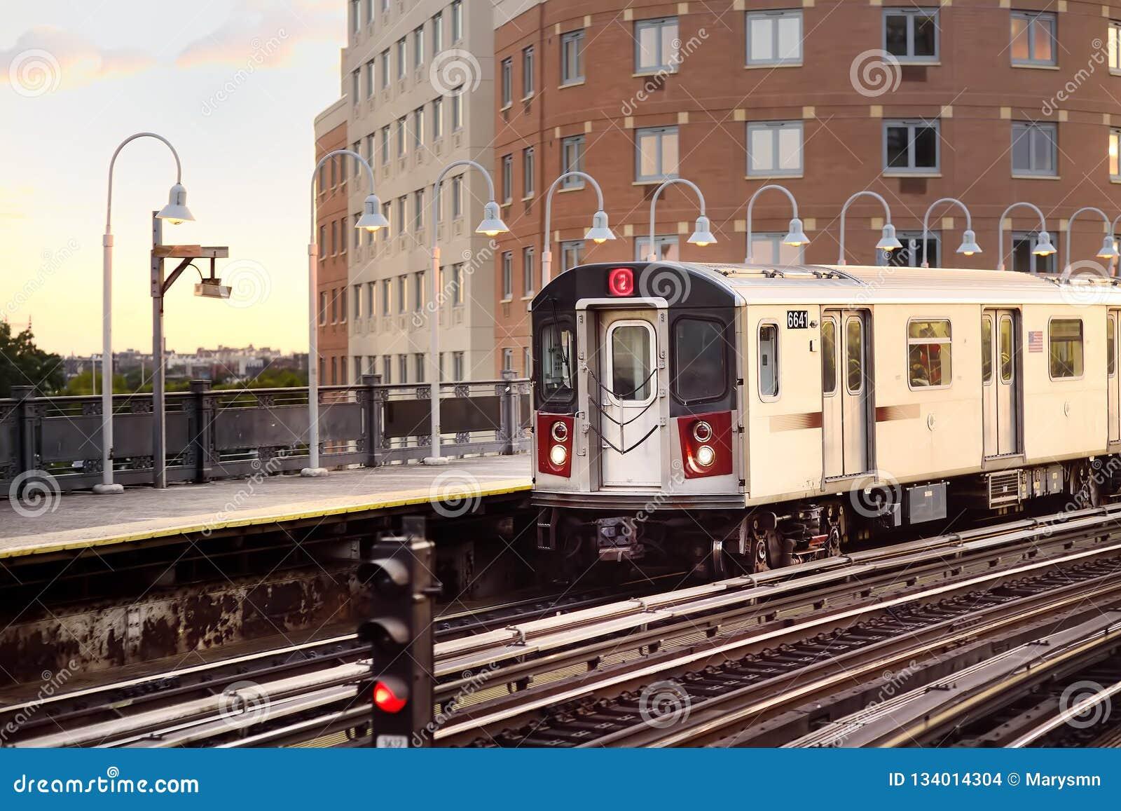El metro de Nueva York llega la estación