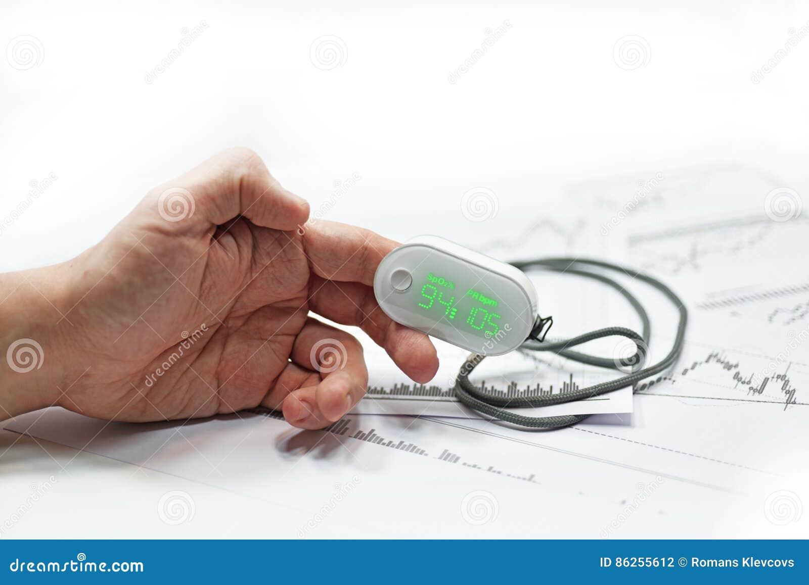 El metro de oxígeno de la sangre encendido sirve el finger