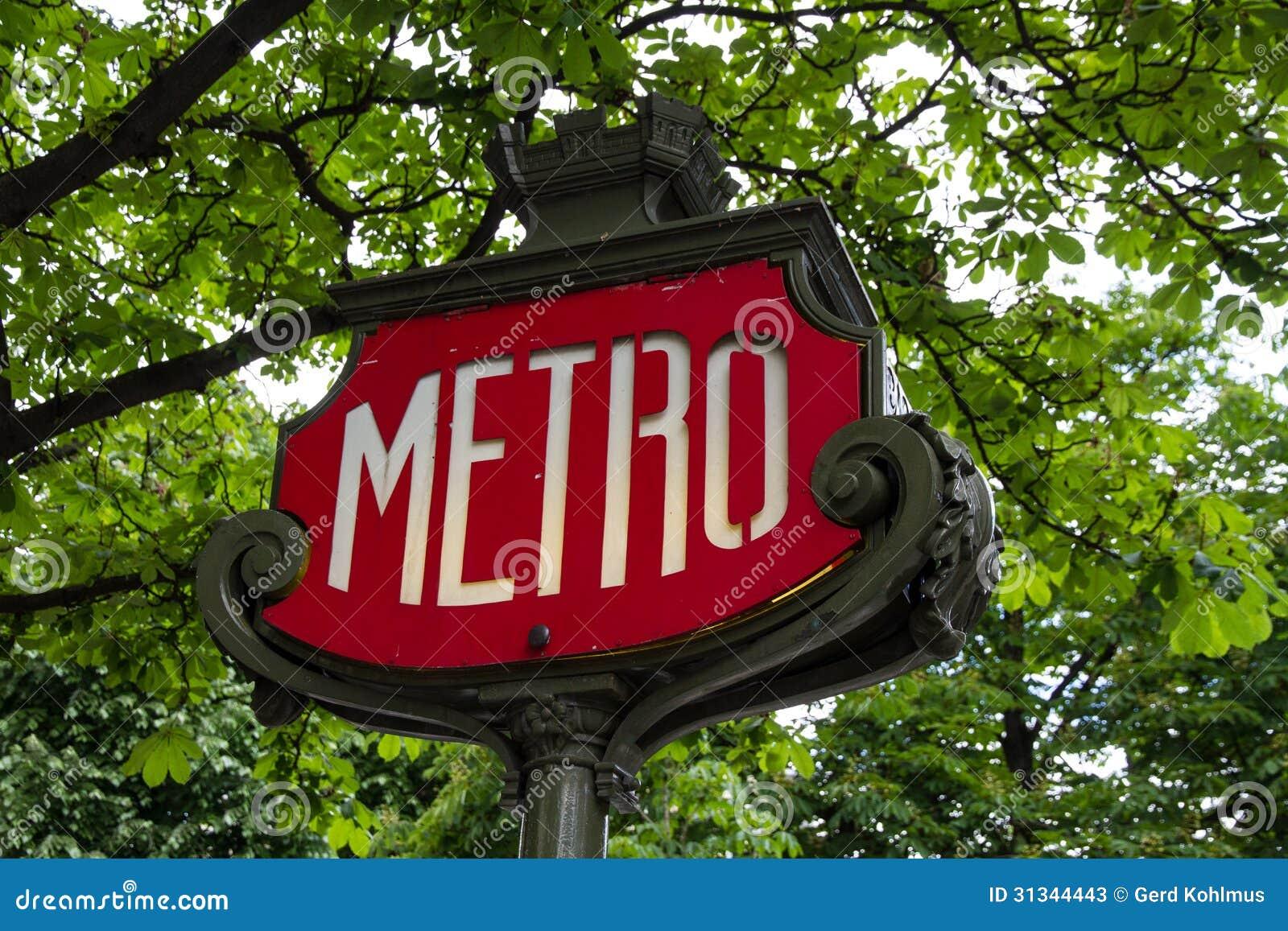 El metro firma adentro París