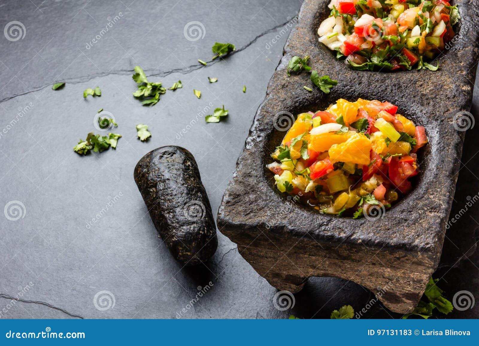 El mexicano famoso sauces las salsas - pico de Gallo, mexicana del bandera de la salsa en los morteros de piedra en fondo gris de