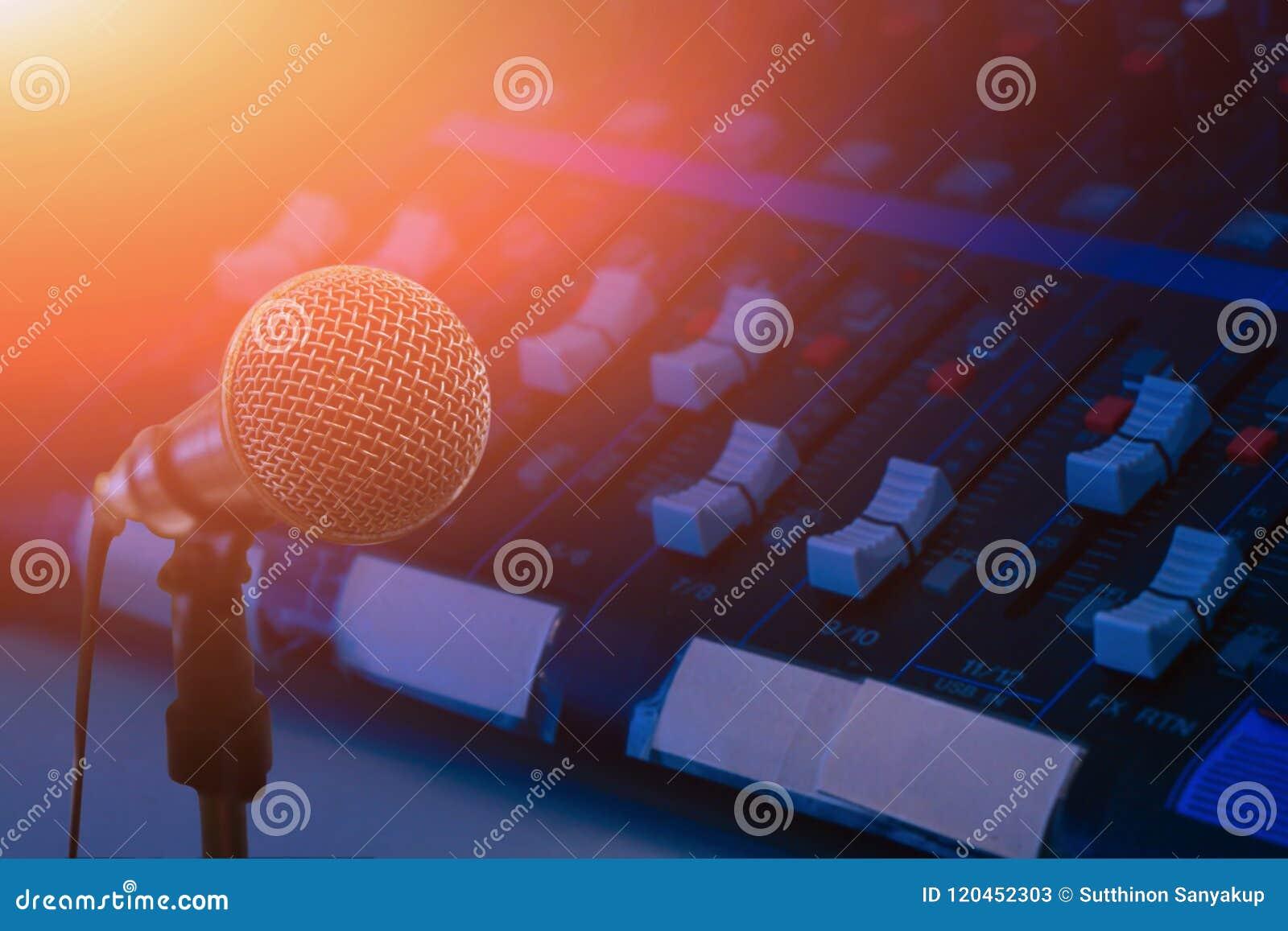 El micrófono sobre el extracto empañó la foto del fondo de la sala de conferencias o de la sala de seminarios, fondo oscuro