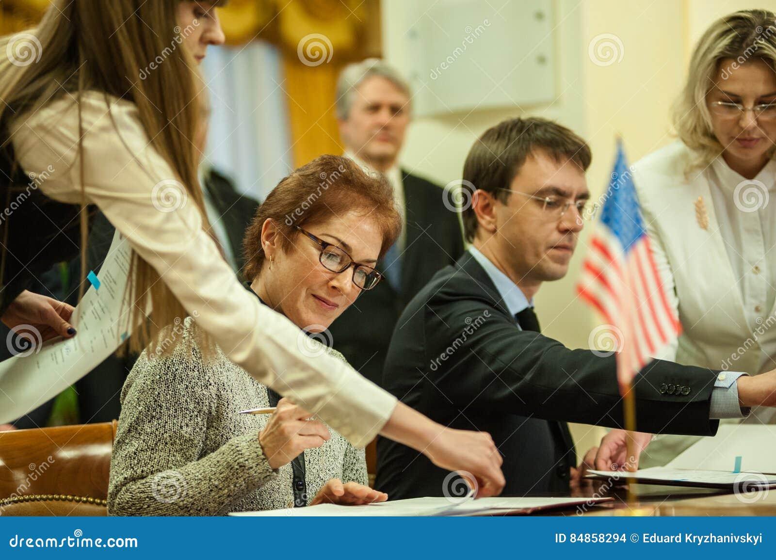 El ministro de la infraestructura de Ucrania y del embajador de los E.E.U.U. en Ucrania firmó un memorándum