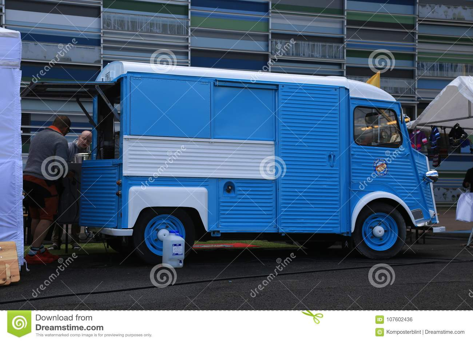 El minivan francés clásico azul y blanco CITROEN mecanografía H cerca del centro marítimo Vellamo Visión correcta