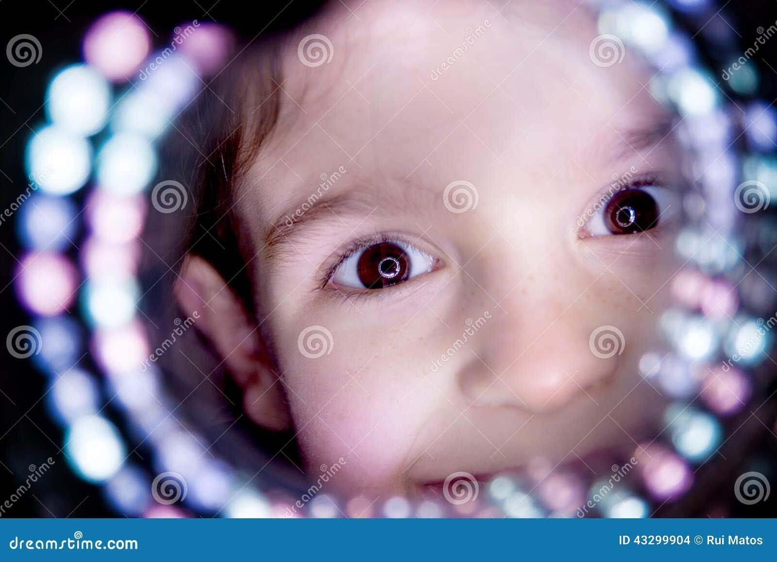 El mirar a escondidas del niño