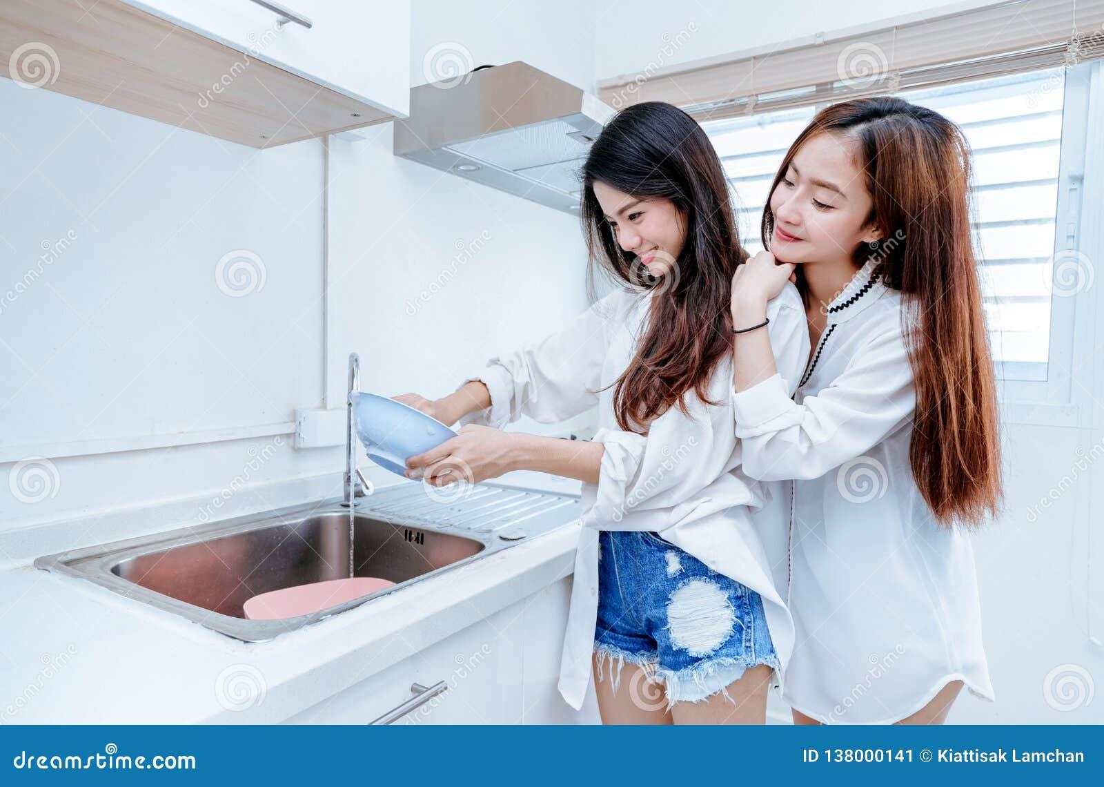 El mismo asiático lesbiano asiático de las mujeres de los pares del sexo que hace el quehacer doméstico