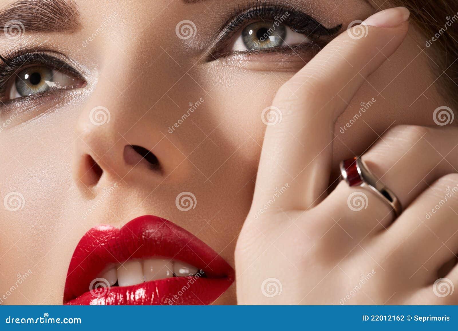 El modelo atractivo con los labios construye, piel y joyería puras