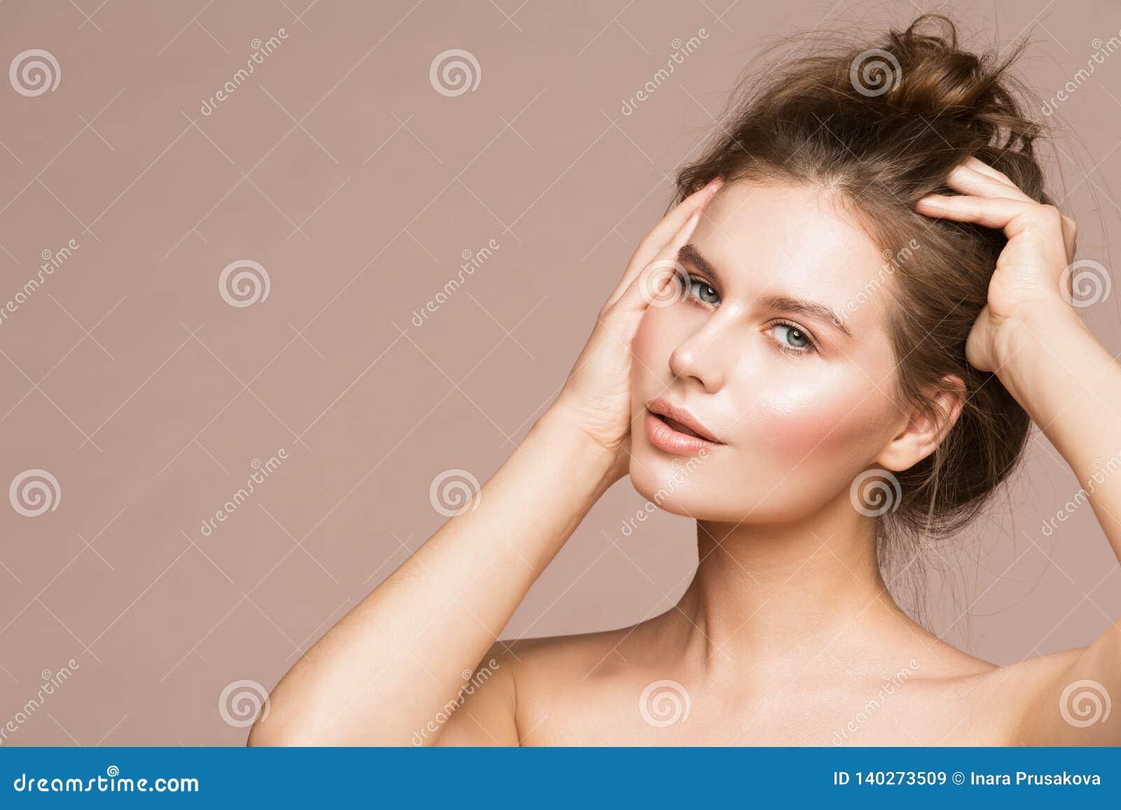 El modelo de moda Beauty Makeup, extensión hermosa de la mujer despeina el pelo compone, retrato del estudio