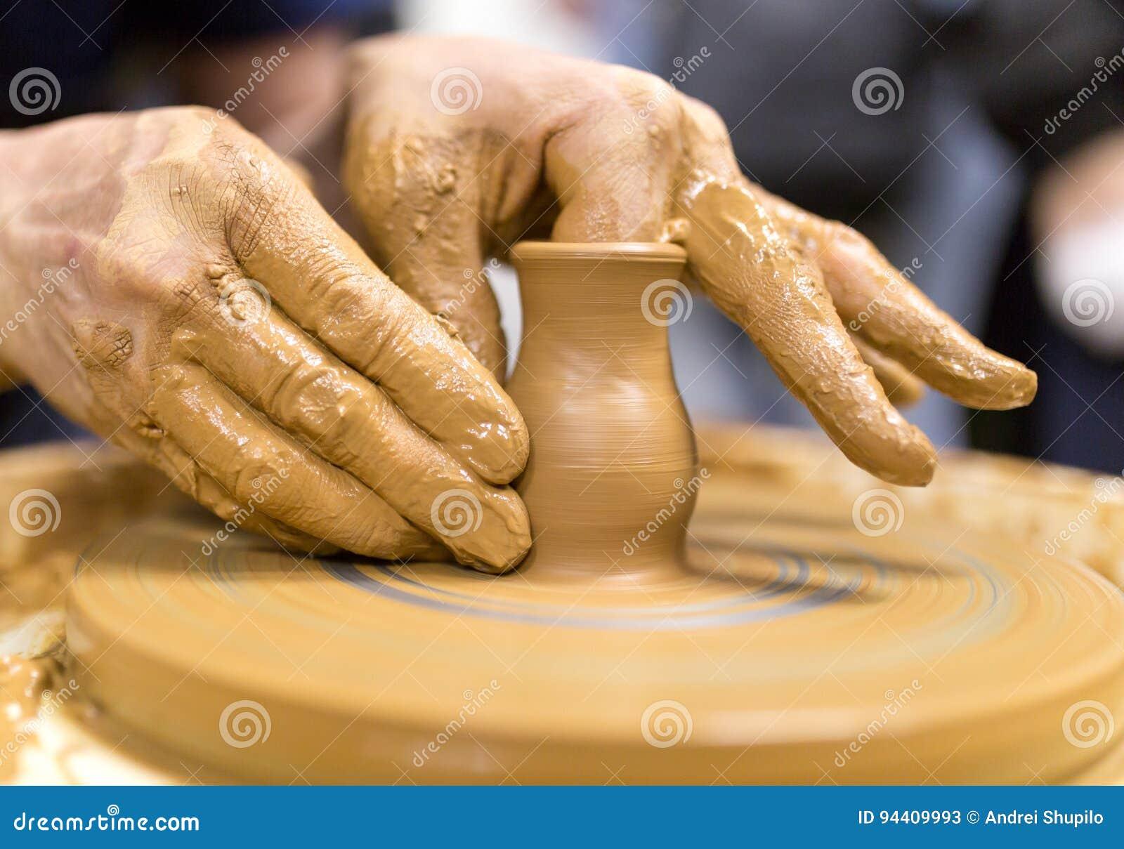 El moldear con cer mica imagen de archivo imagen de for Ceramica fabricacion