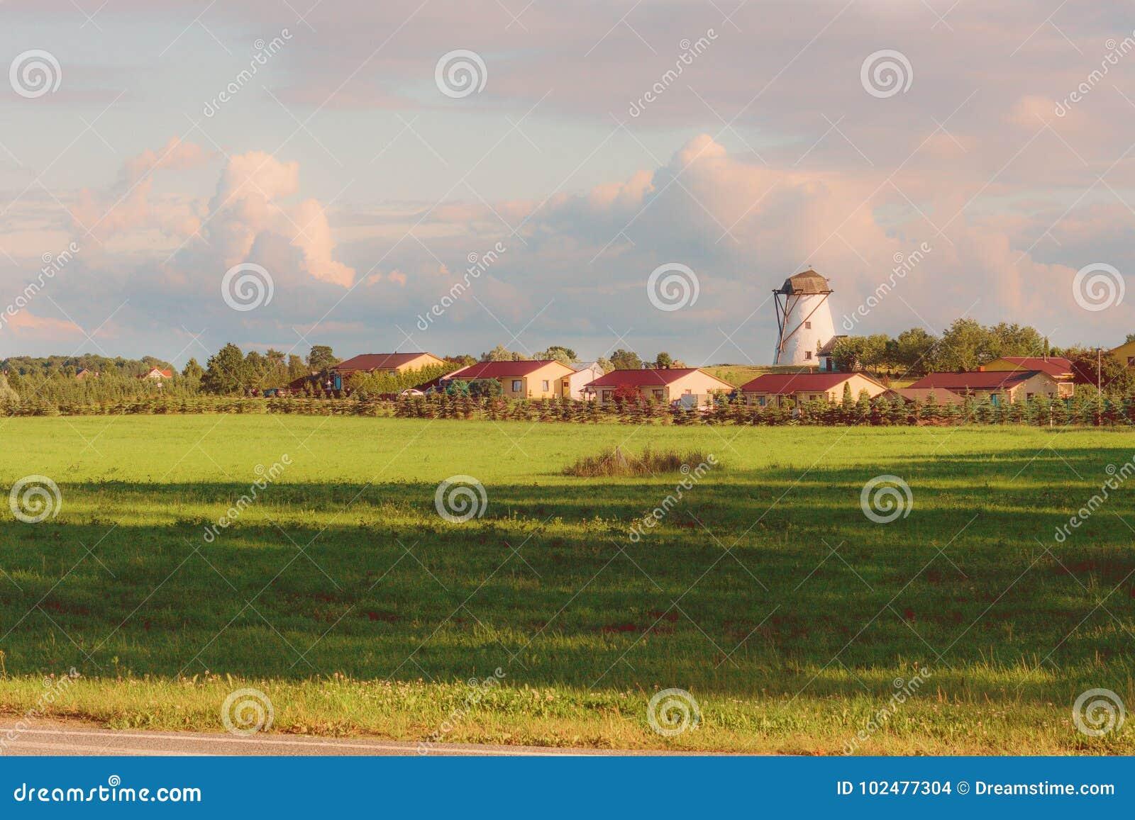El molino de viento en la puesta del sol