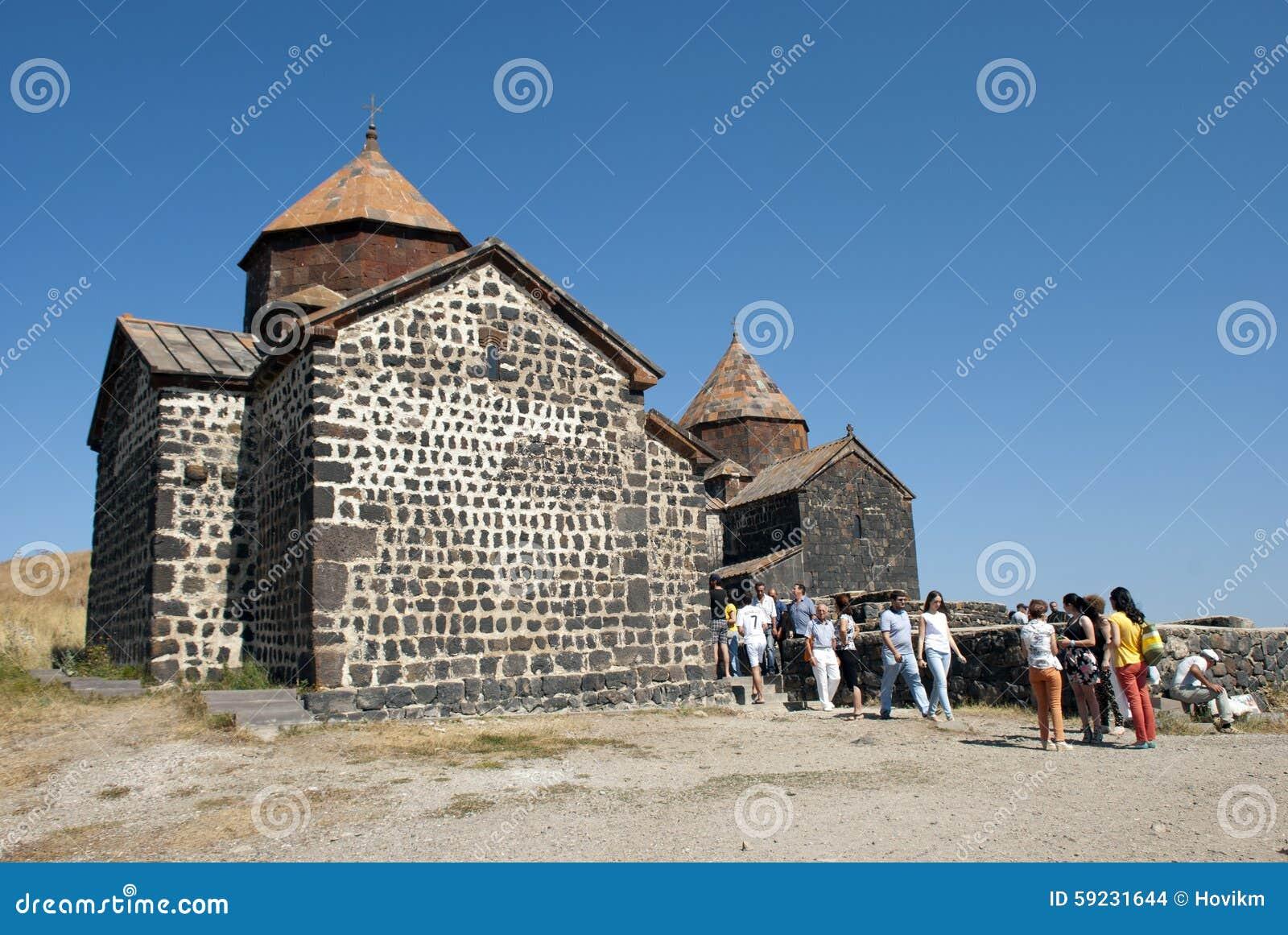 El monasterio o el Sevanavank (iglesia) de la isla en la isla de Sevan