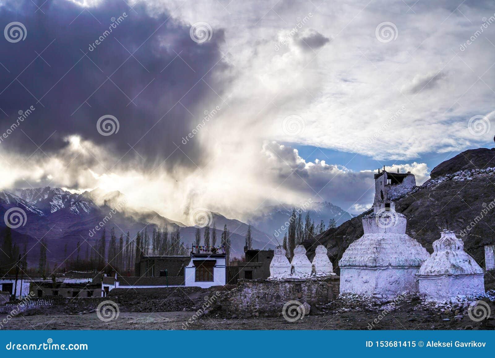 El monasterio viejo de Thiksay en el pequeño pueblo de Theksey