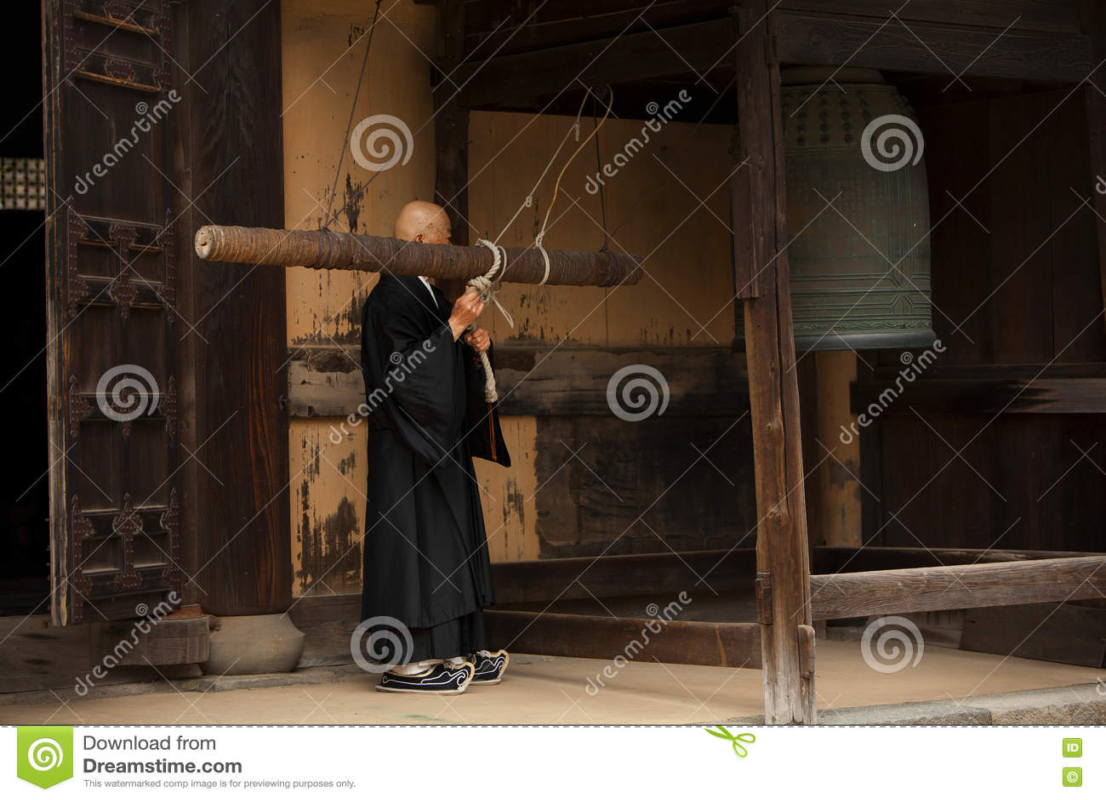 El monje budista suena una campana