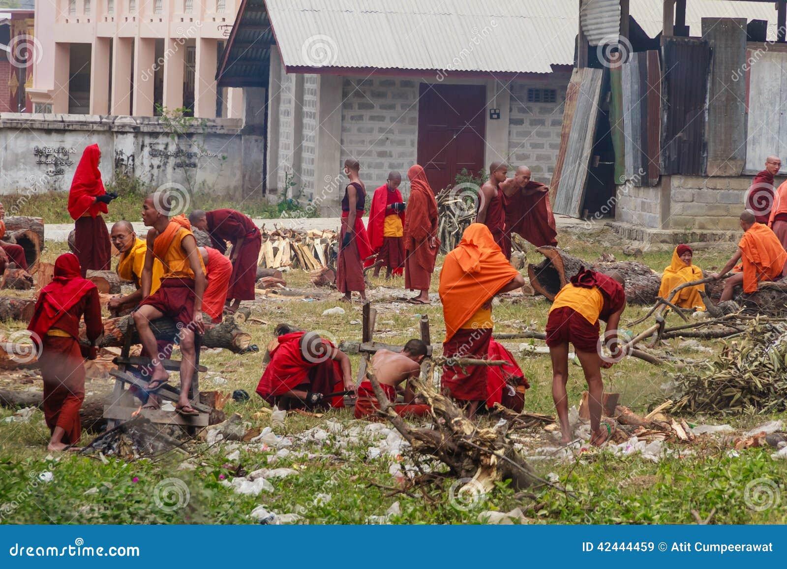 El monje está trabajando en la construcción en Nyaung Shwe en Myanmar (BU