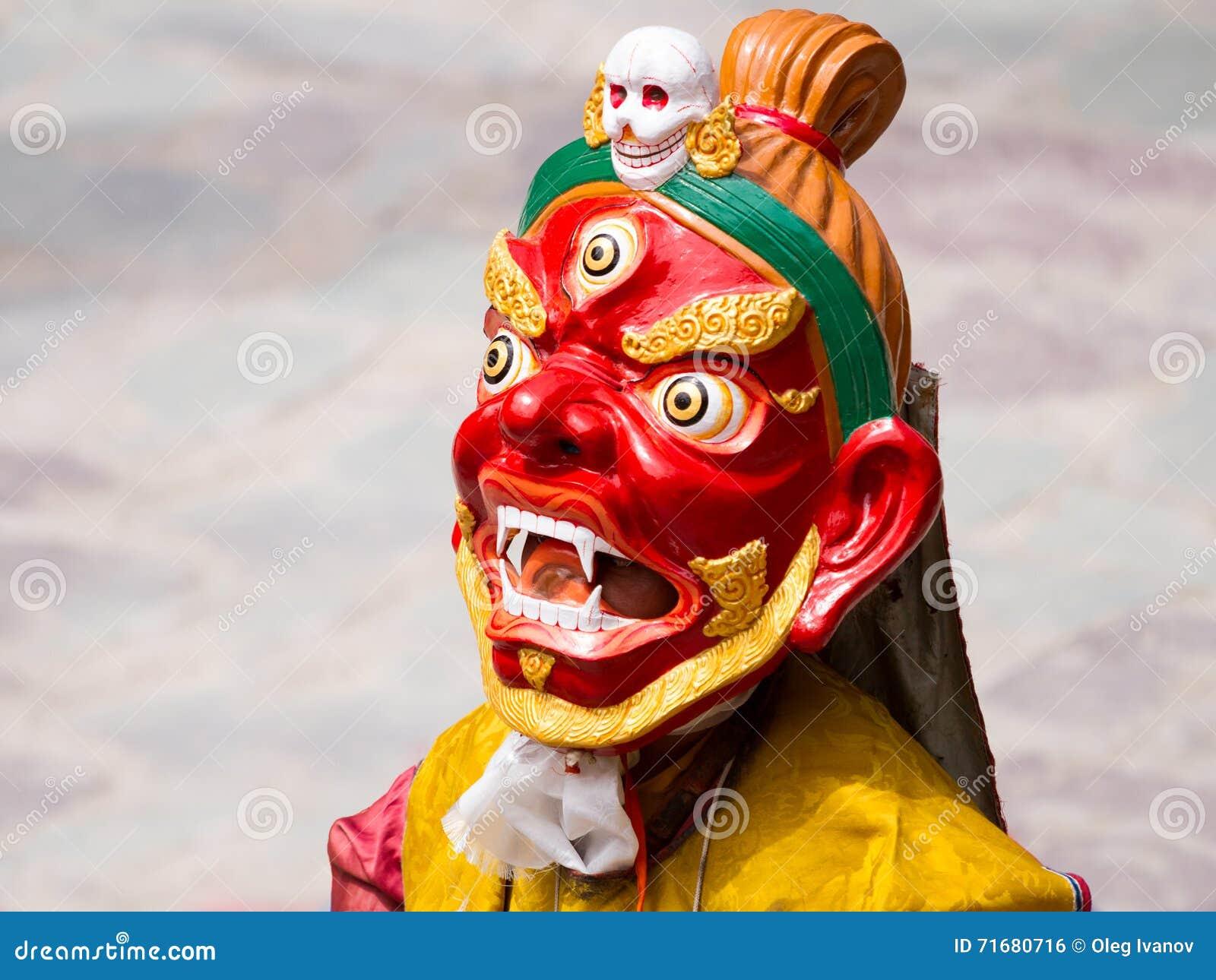 El monje no identificado realiza una danza enmascarada y vestida religiosa del misterio del budismo tibetano