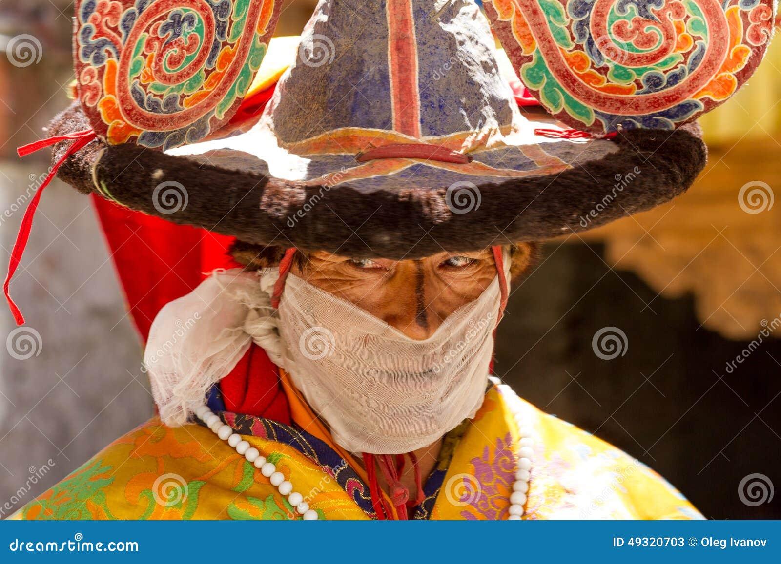 El monje realiza una danza religiosa del sombrero negro