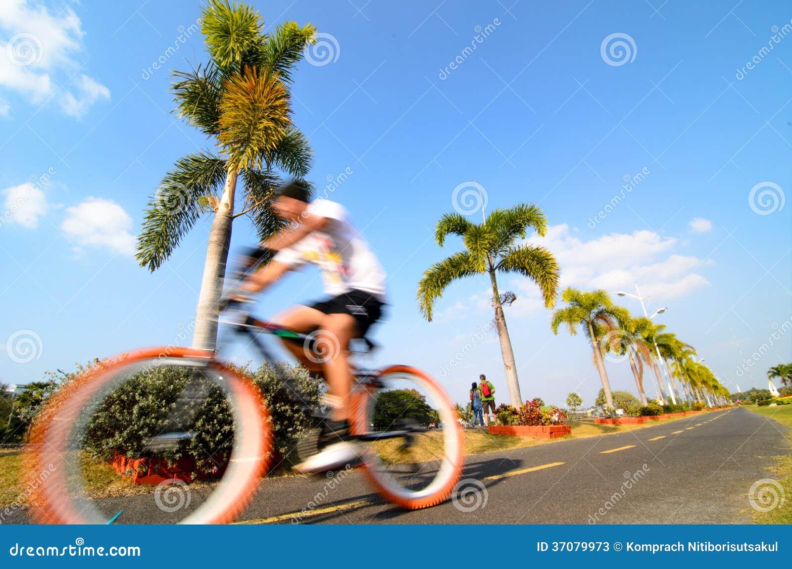 El montar en bicicleta