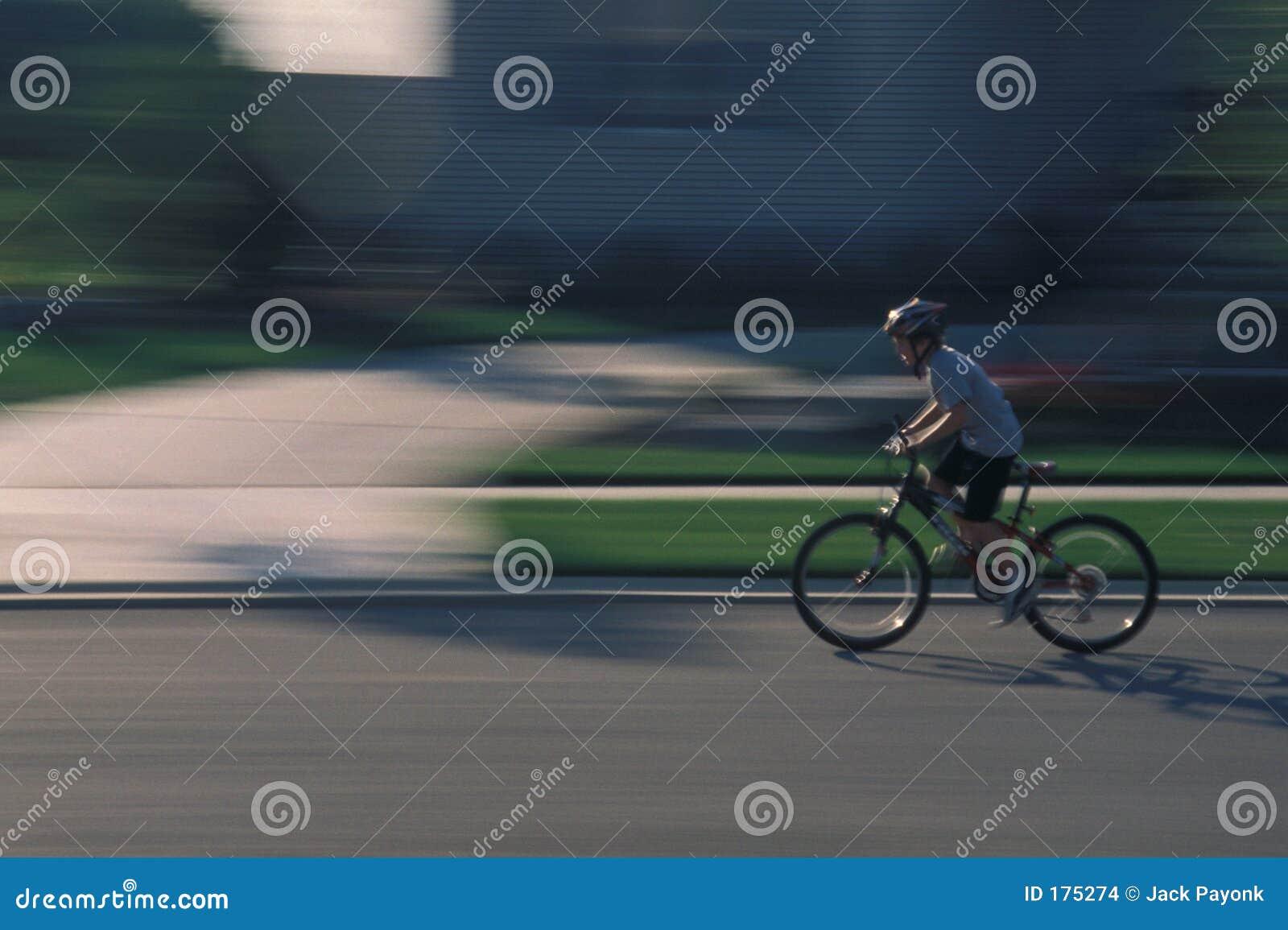 El montar en bicicleta del niño