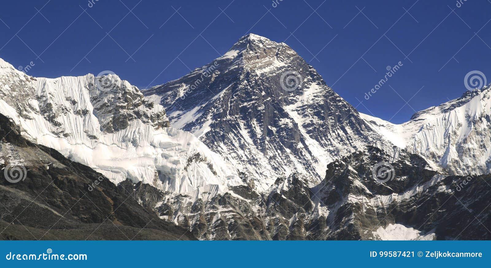 El monte Everest y Hillary Step en las montañas de Himalaya