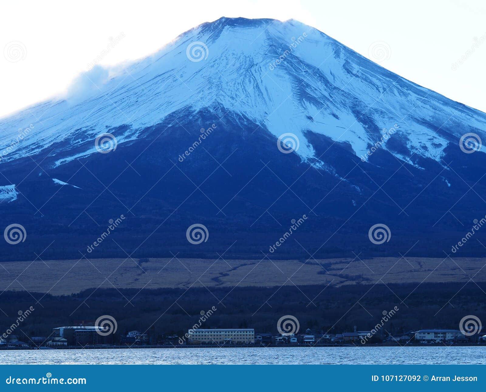 El monte Fuji coronado de nieve icónico en Japón