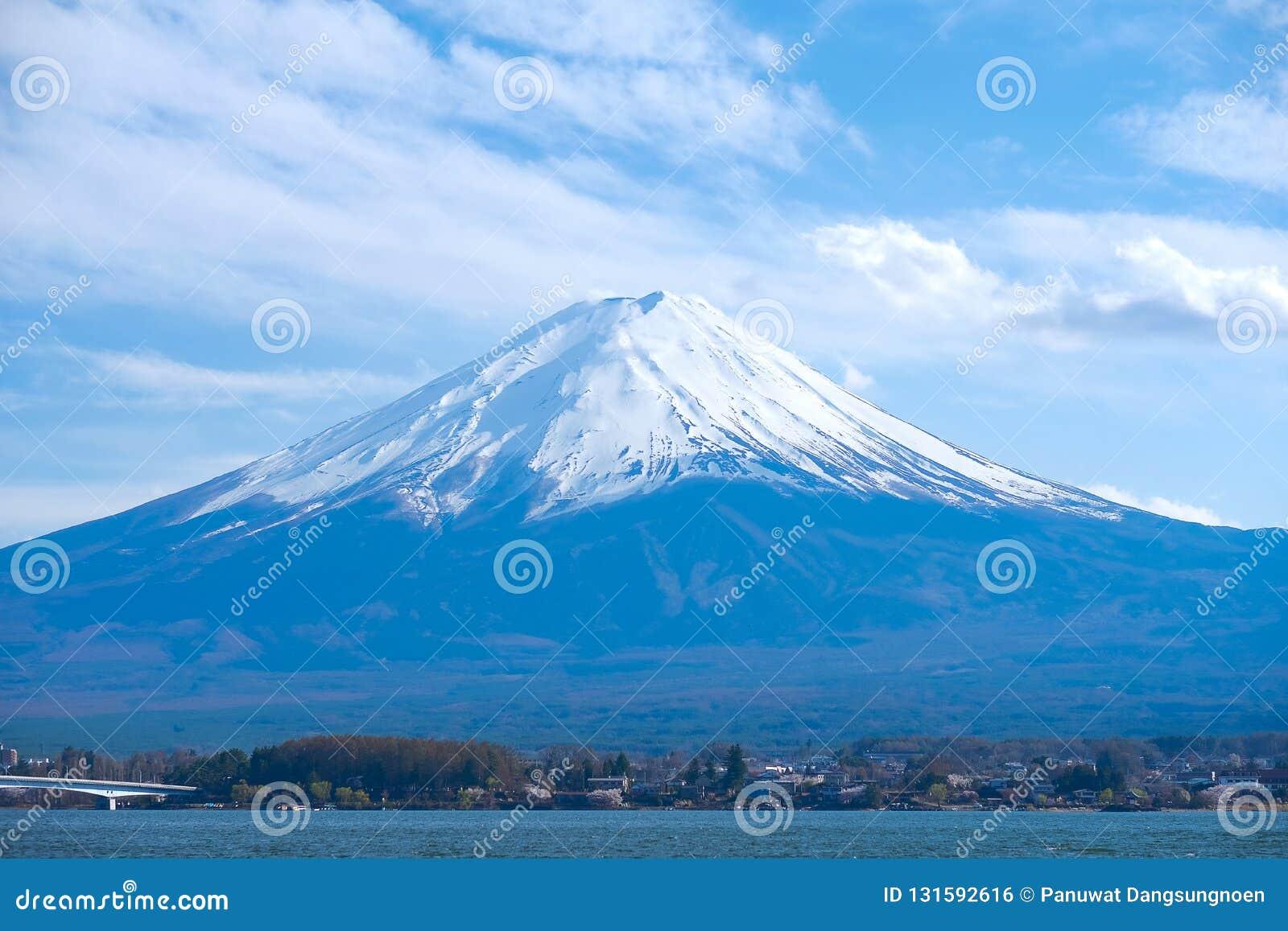 El monte Fuji hermoso con la nieve capsulada y el cielo en el kawaguchiko del lago, Japón señal y popular para las atracciones tu
