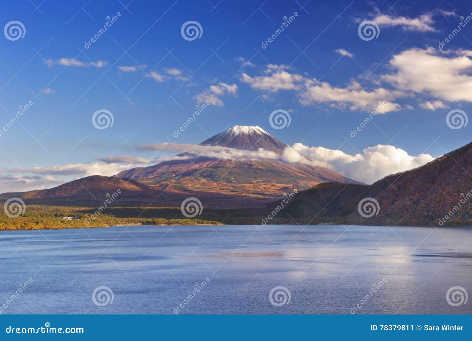 El monte Fuji y lago Motosu, Japón en una tarde clara