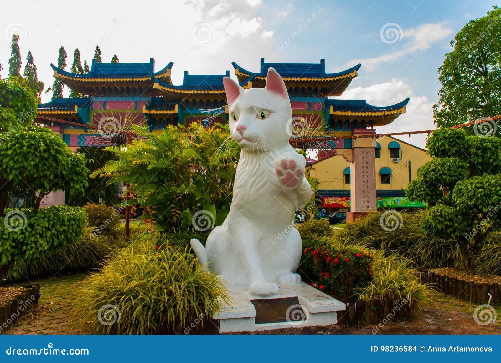 El monumento blanco del gato es el Ayuntamiento del sur de Kuching Cat Statue Sarawak Malasia
