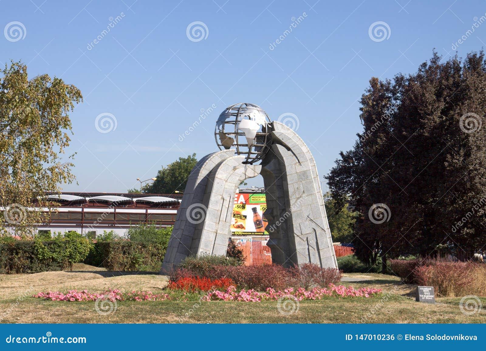 El monumento de la paz en la ciudad de Krusevac en Serbia