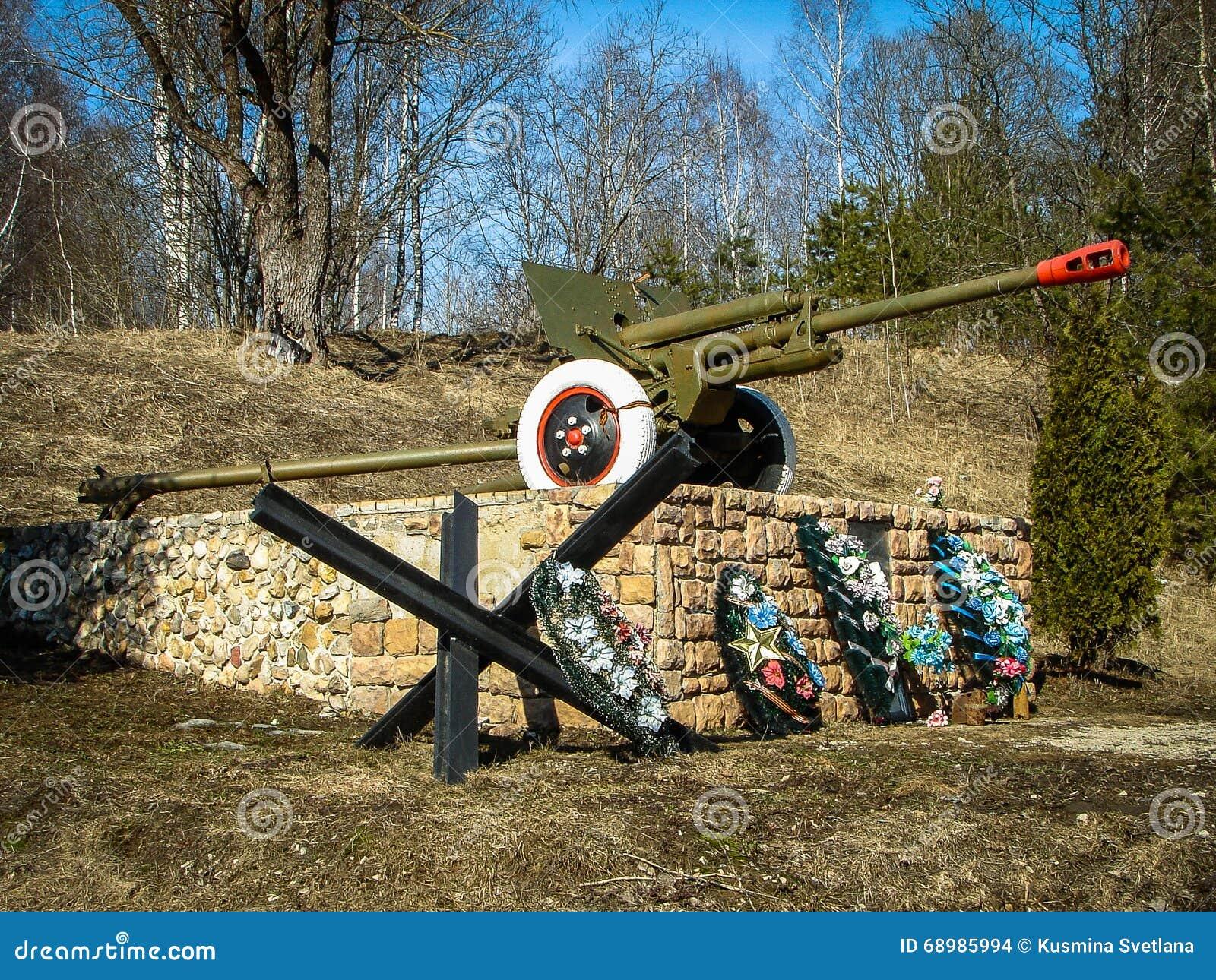 El monumento a los defensores de la patria en la guerra mundial 2 en la región de Kaluga (Rusia)