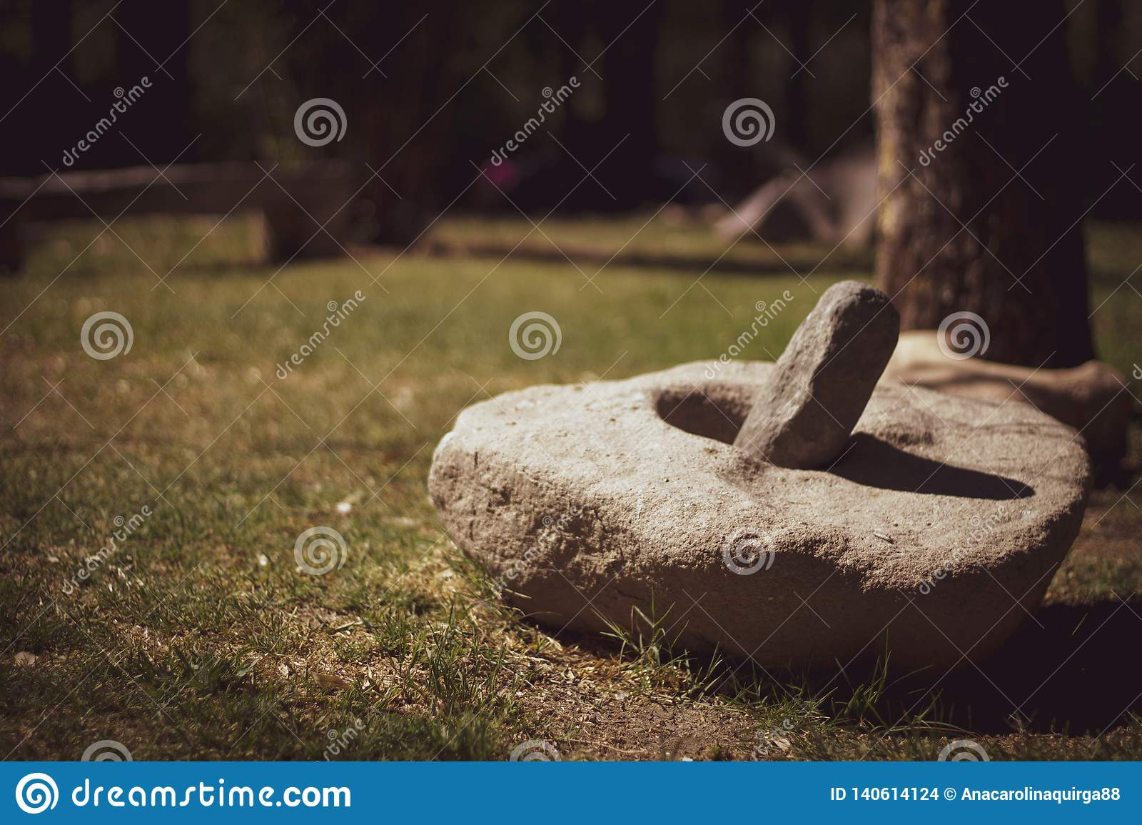 El mortero de piedra es una herramienta para machacar las hierbas, las flores, las especias, las hojas, las raíces y otras comida
